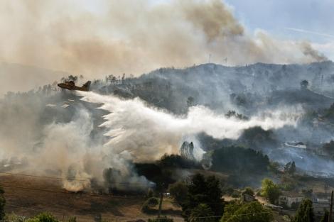Un hidroavión, sobre el incendio de Ourense, el pasado viernes. | Efe