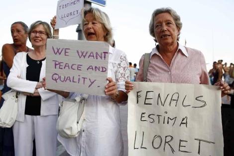 Algunas de las manifestantes, con sus pancartas caseras. | David Borrat | Clickartfoto