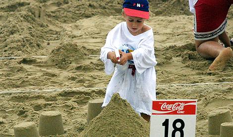 Un niño en un concurso de castillos de arena. | Iñigo Ibáñez