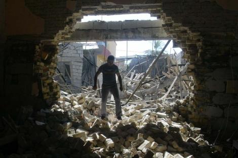 Destrozos provocados por una bomba en Kirkuk. | Afp