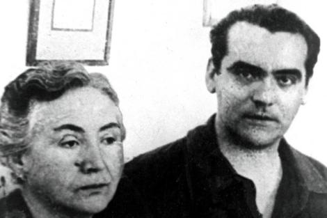 García Lorca junto a su madre en una imagen de 1936.