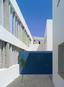 Patio en un edificio de viviendas en Umbrete (Sevilla). | ELMUNDO.es