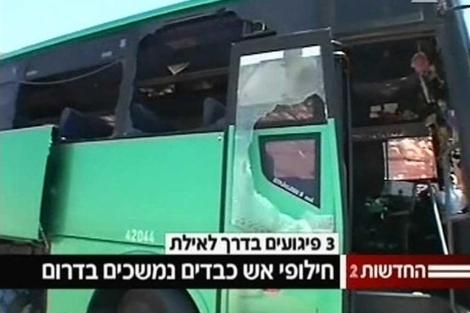 Imagen de un autobús atacado de la televisión.| Reuters