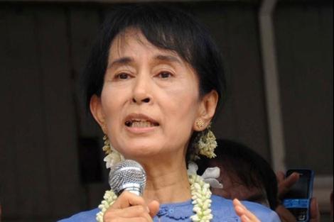 Aung San Suu Kyi dando un discurso en su visita a Bago, Birmania. | Afp