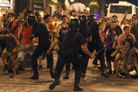 La policía carga contra manifestantes laicos en Sol.| Javier Barbancho