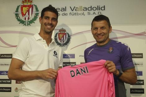 Dani Hernández y Miroslav Djukic, en la presentación del portero. | Balcaza