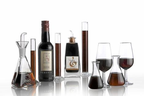 Una muestra de vinagres junto a vinos de Jerez. | E.M.