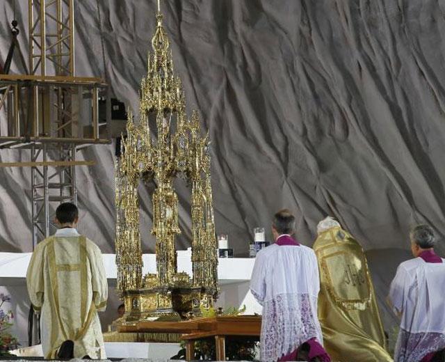Benedicto XVI, ante la reliquia.   Afp