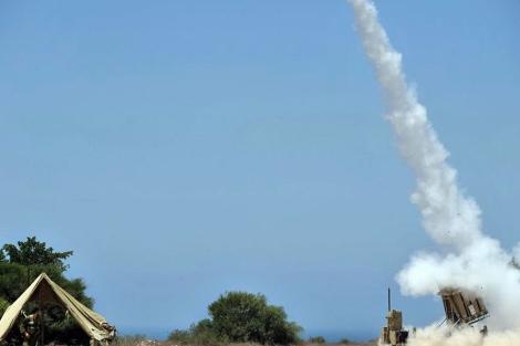 Un soldado israelí observa el lanzamiento de un misil en una base militar a las afueras de Ashkelon. | Efe
