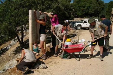 Voluntarios y trabajadores de Gypaetus, en el campamento. | M. Cuevas