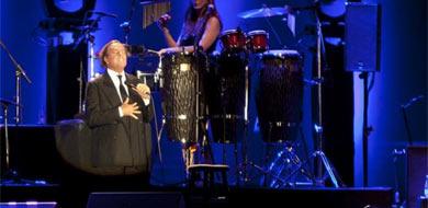 El cantante con uno de sus característicos gestos. | Efe