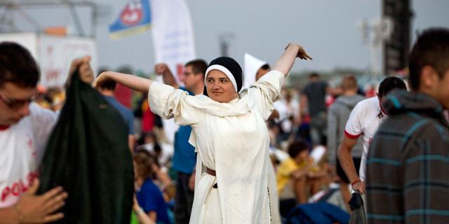 Una monja se despereza esta mañana en el aeródromo de Cuatro Vientos donde el Papa celebrará la clausura de la JMJ.|Efe