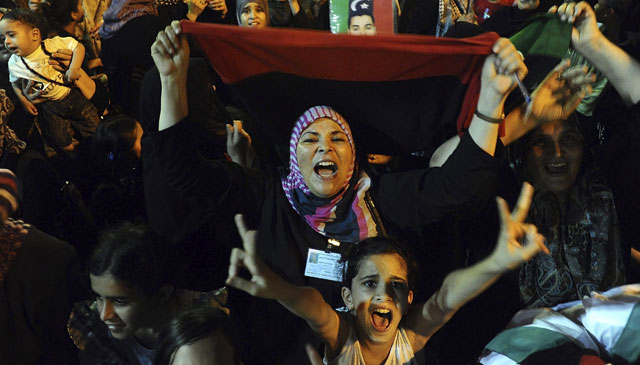 Libios celebran el avance rebelde en la plaza Tahrir de Bengasi.   Str
