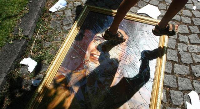 Un joven pisa una fotografía de Gadafi en Trípoli. | Afp