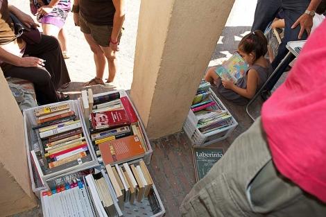 Vecinos del Zaidín con cajas llenas de libros improvisan una biblioteca. | Jesús García Hinchado