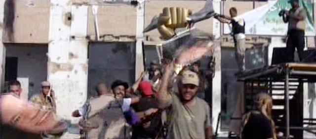 Un grupo de rebeldes en el interior del complejo de Gadafi. | Al Yazera MÁS IMÁGENES