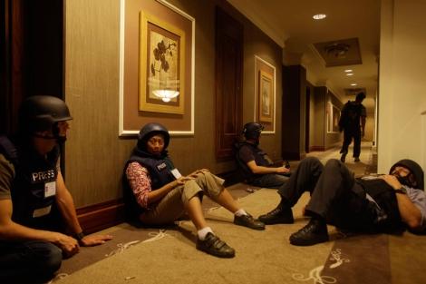 Periodistas internacionales permanecen atrapados en uno de los pasillos del hotel Rixos.|AP