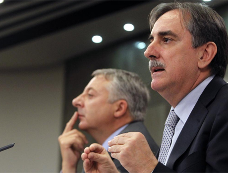 Los ministros José Blanco y Valeriano Gómez. | Efe