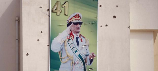 Retrato del dictador acribillado por balas en Trípoli. | Ap