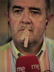 Los periodistas protestaron sellando sus labios.   Ap