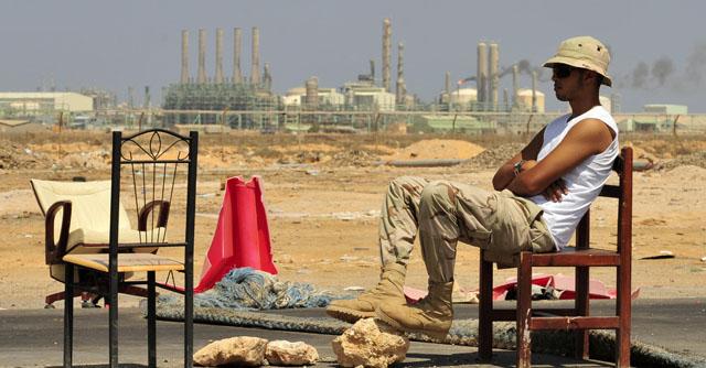 Un rebelde libio hace guardia en uno de los pasos hacia Ras Lanuf.   Reuters