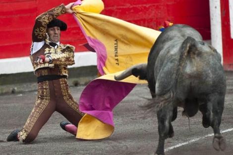 Padilla, con su segundo en la novena corrida de la Semana Grande de Bilbao. | Efe