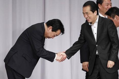 Yoshihiko Noda (izq) recibe la felicitación de Naoto Kan   Reuters