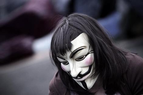 Un manifestante en Madrid con la máscara símbolo de Anonymous, en junio.   Alberto Di Lolli