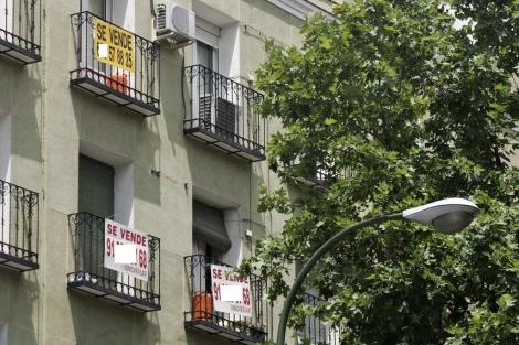 Pisos con el cartel de 'Se vende' en Madrid. | Diego Sinova
