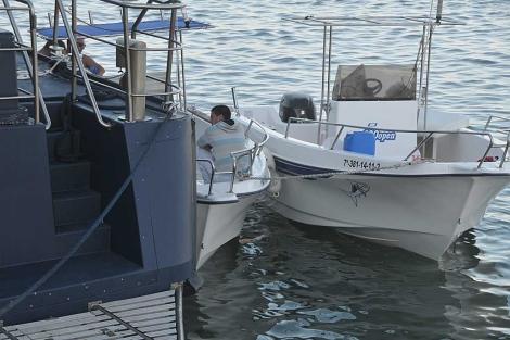 Dos de las embarcaciones interceptadas abarloadas al buque de Aduanas en Cádiz.   Cata Zambrano