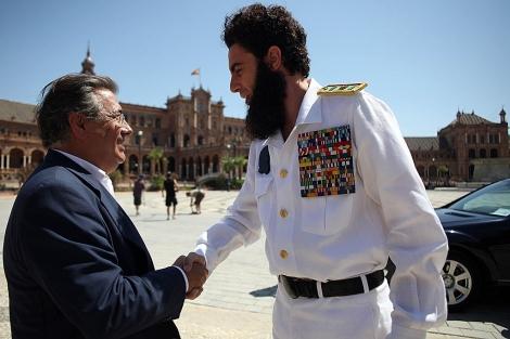 Zoido saluda al actor Sacha Baron Cohen en la plaza de España.   Ayuntamiento de Sevilla