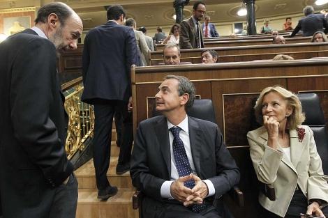 Rubalcaba charla con Zapatero en presencia de Salgado. | Efe