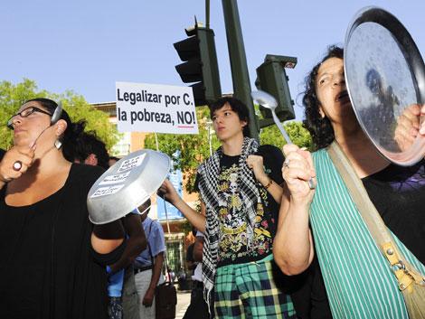 Participantes en la cacerolada del 15-M cerca del Congreso. | Gonzalo Arroyo