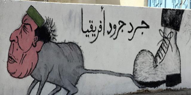 Caricatura en Trípoli de Gadafi en la que se puede leer: 'La rata de las ratas africanas'.   Efe