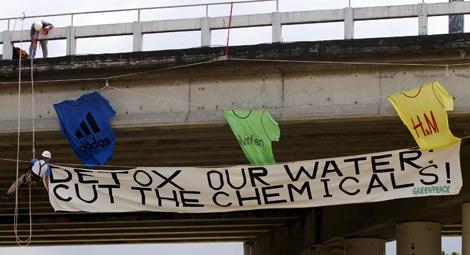 Activistas de Greenpeace cuelgan una pancarta en un puente de Manila.   Reuters