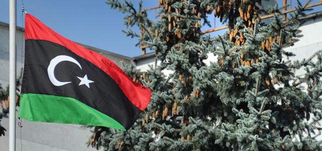 La bandera tricolor rebelde ondea en la embajada de Libia en Moscú. | Afp