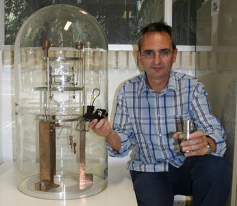 Julio Gómez junto al primer microscopio de campo cercano de España y el microscopio actual.
