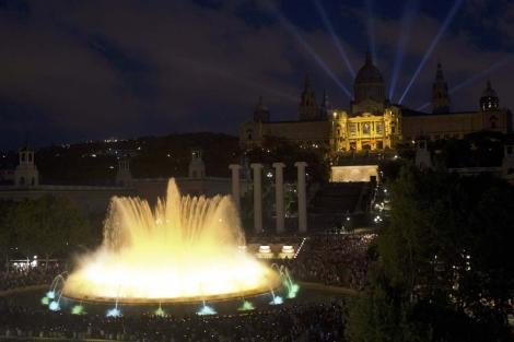 Luz, agua y música se dieron cita ayer en la fuente. | Alejandro García | Efe