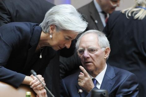 El ministro de finanzas alemán, Schäuble, habla con Lagarde, jefa del FMI. | Reuters