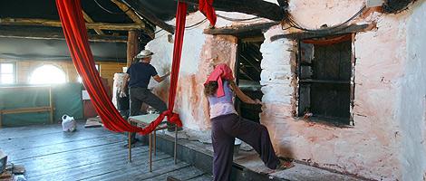 Varios habitantes participan en la rehabilitación de una casa para el pueblo. | Ical