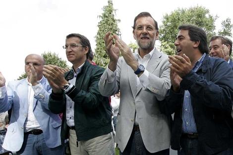 Rajoy flanqueado por líderes 'populares' gallegos, en el castillo de Soutomaior. | Rosa González