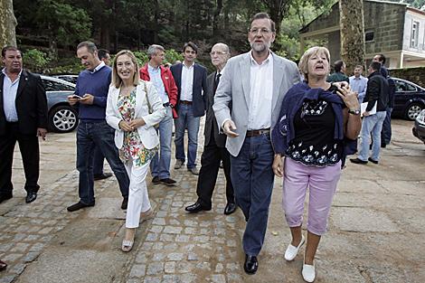 Una vecina recibe a Rajoy a su llegada a Soutomaior. | R. G.