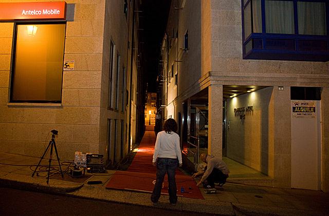 La artista Amaya González cubrió una calle con una alfombra roja. | David Silva