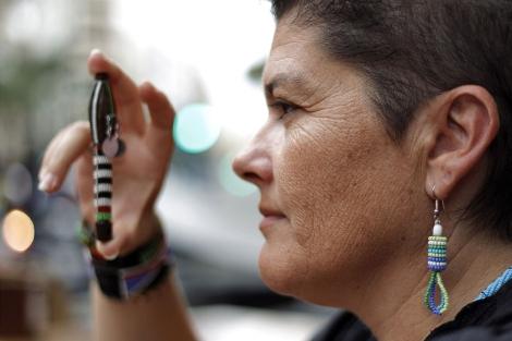 Escandell, en Alicante, muestra un objeto realizado por la tribu maasai. | Ernesto Caparrós