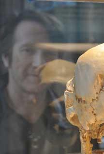 Michael F. Hammer con un fósil de un homínido.   Universidad de Arizona.