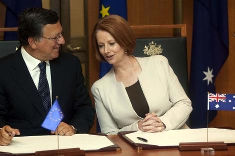 Durao Barroso (izda.), junto a la primera ministra australiana, Julia Gillard. | Reuters