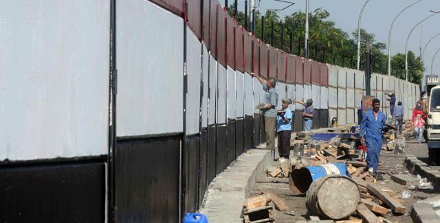 Trabajadores egipcios pintan los colores de su bandera en el muro frente a la Embajada israelí. | Afp