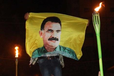 Una imagen del líder kurdo Abdullah Öcalan durante una maniefstación en el norte de Irak. | Afp