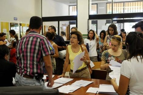 Cientos de personas hicieron cola para inscribirse en la Escuela de Idiomas. | N. Alcalá