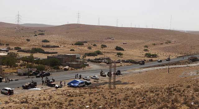Un 'checkpoint' rebelde en las afueras de Bani Walid, el bastión gadafista asediado por los revolucionarios. | Reuters
